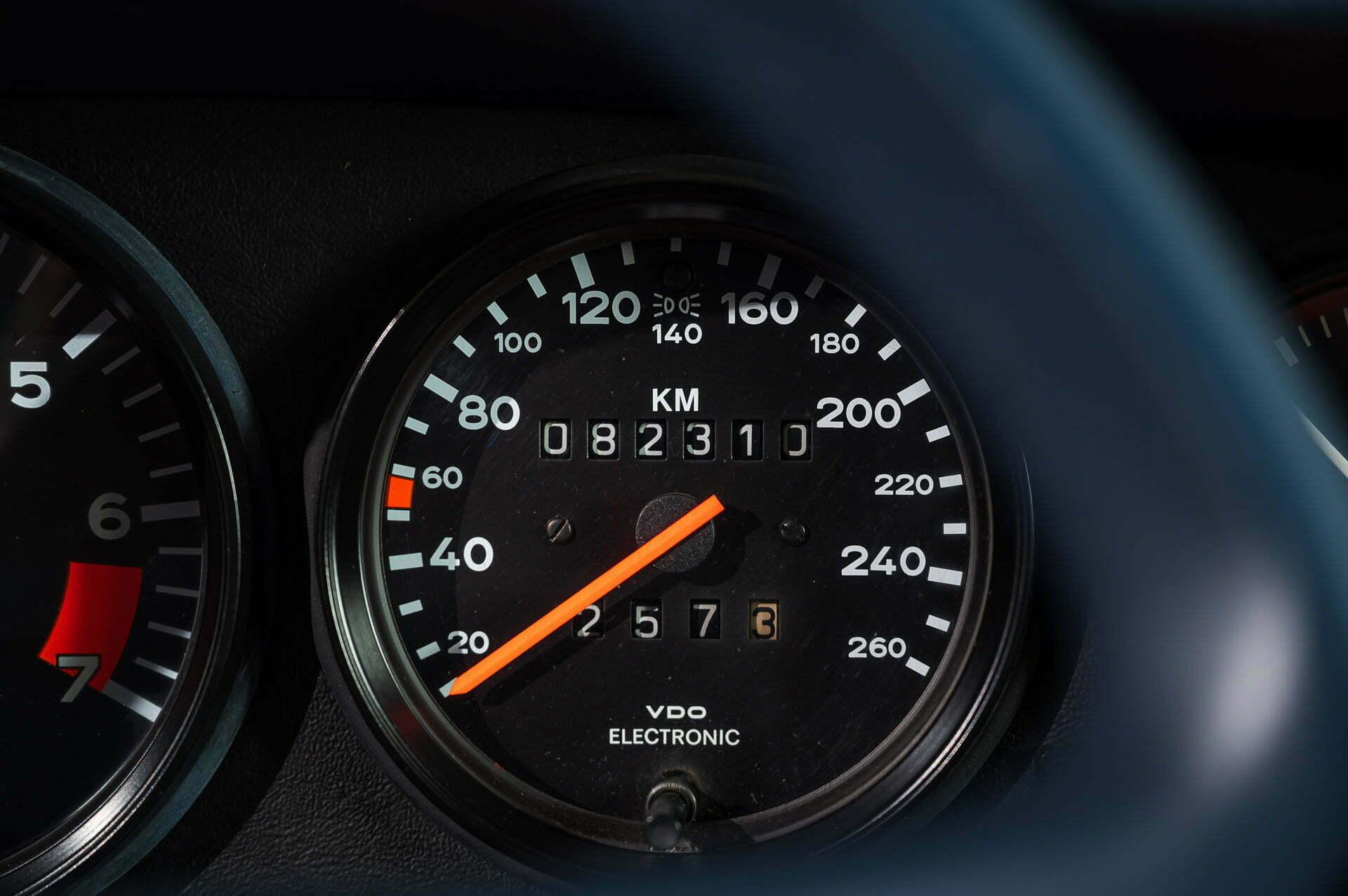 PORSCHE 911 3.2 PRUISSISCH BLAUW HANDGESCHAKELD CAR SERVICE VISSER GESPECIALISEERD IN PORSCHE HILVERSUM